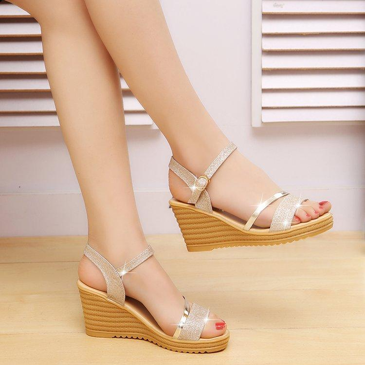 a33386f35b6e 2018 Summer New Products Slanted Heel Women s Sandals Versatile Thick  Bottomed Waterproof Platform A-line